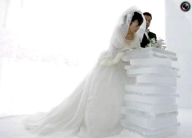 Незвичайні весільні фотосесії: Наречена підписує документи під час весільної церемонії в крижаному храмі в місті Сікаой, Японія.