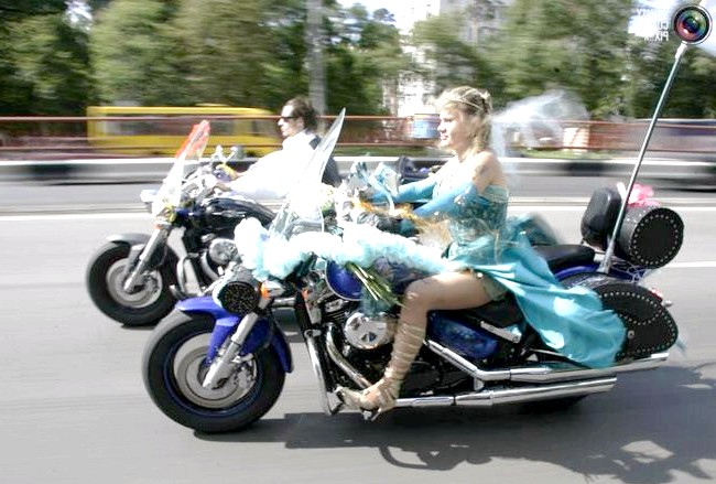Незвичайні весільні фотосесії: Наречений і наречена їдуть на мотоциклах по Києву в день свого весілля.
