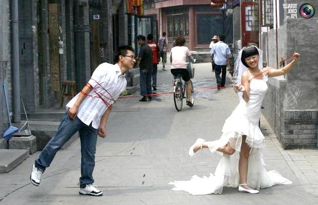 Незвичайні весільні фотосесії: Молодята позують фотографу на вулиці в Пекіні, Китай