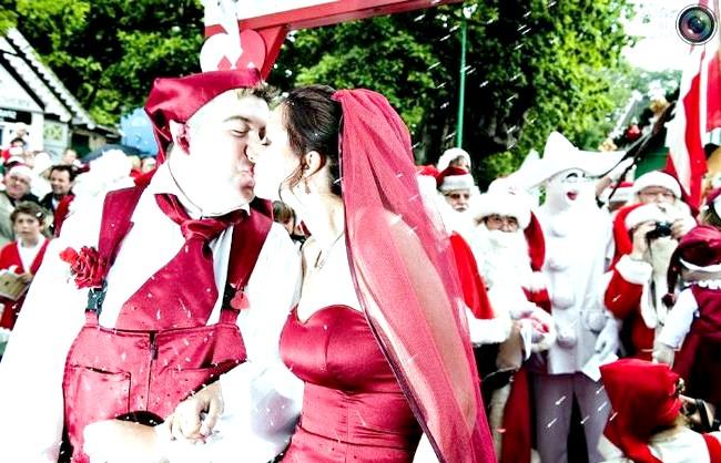 Незвичайні весільні фотосесії: Молодята цілуються на Всесвітньому конгресі Санта-Клаусів у Копенгагені, Данія.