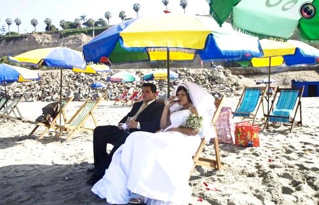 Незвичайні весільні фотосесії: Наречений і наречена відпочивають перед ритуалом, який проводитимуть шамани, на пляжі в Лімі, Перу.