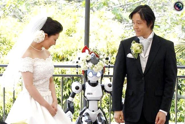 Незвичайні весільні фотосесії: Гуманоїдний робот I-Fairy грає роль свідка на весіллі в Токіо, Японія.