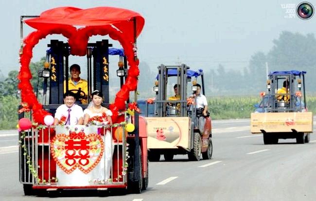 Незвичайні весільні фотосесії: Молодята їдуть на грузопод'мніке під час святкування свого весілля в Сінтал, Китай