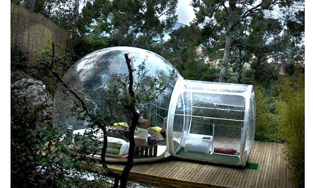 Ніч у прозорих номерах-півсферах: Готель розташований в лісовій гущавині в оточенні сосен, навколо скачуть зайці, а вранці перші промені сонця будять гостей.