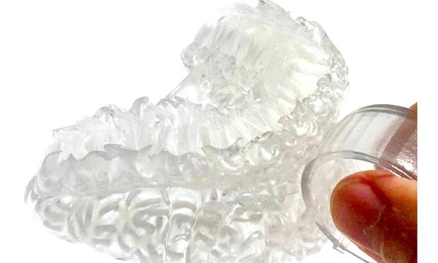 Нова зубна щітка очистить зуби за 6 секунд: На основі зліпка випускається нова зубна щітка, для виготовлення якої використовується 3D-принтер. Корпус щітки виконаний з пластика, а в поглиблення