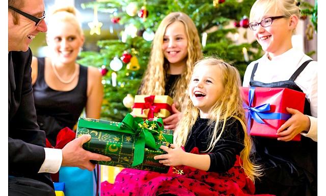 Новорічні канікули та відпочинок з дітьми на рік кози: Колись ви разом будете сидіти перед телевізором, поглинаючи салат олів'є і обмінюватися заздалегідь обумовлену подарунками. Але крихітка ще про це