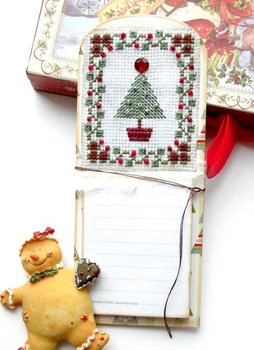 Новорічні подарунки та листівки з вишивкою: Магнітний блокнот на холодильник з вишитим дизайном прикрашений бісером.