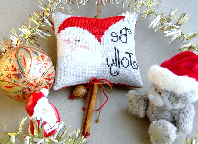 Новорічні подарунки та листівки з вишивкою: Підвіска-саше з корицею і прянощами. На велику ялинку або для прикраси кімнати.