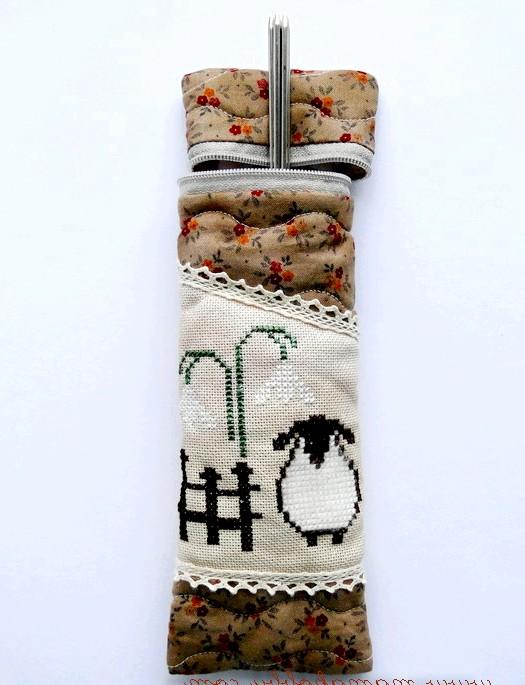Новорічні подарунки та листівки з вишивкою: Пенал для спиць особливо порадує в'язальницю.