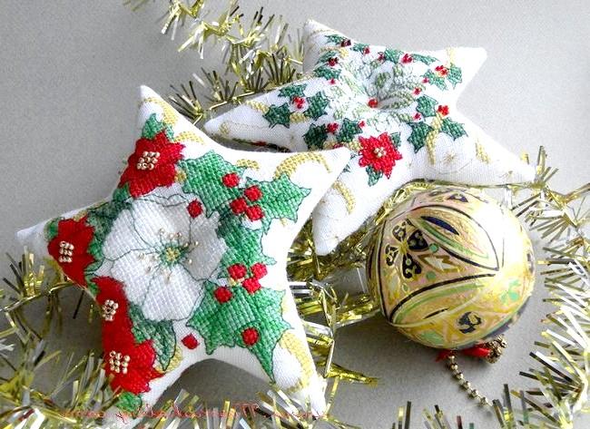 Новорічні подарунки та листівки з вишивкою: Новорічні зірки з яскравою вишивкою теж чудово прикрасять кімнату.