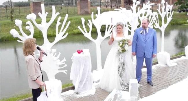 Новорічна казка на літній весіллі: ПлатьеКаждая наречена - справжня королева на своєму весіллі. Наречена на зимовому весіллі - королева сніжна. Для