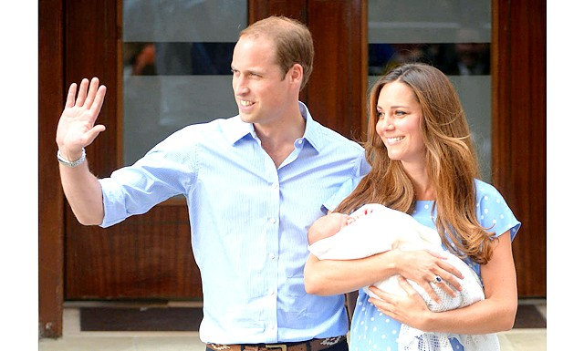 Новонародженого принца Кембриджського показали світові: Близько 22 години 20 хвилин за московським часом королівське подружжя з немовлям на руках з'явилися в дверях крила