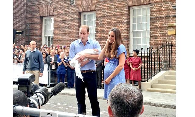 Новонародженого принца Кембриджського показали світові: Раніше, в честь новонародженого спадкоємця англійського престолу, третього в черзі престолонаслідування, у вівторок, 23 липня, був даний салют з 103