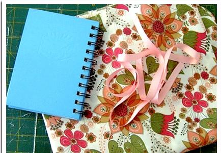 Обкладинка для блокнота (книги): Нам знадобляться: - блокнот (книга) - тканина - стрічка