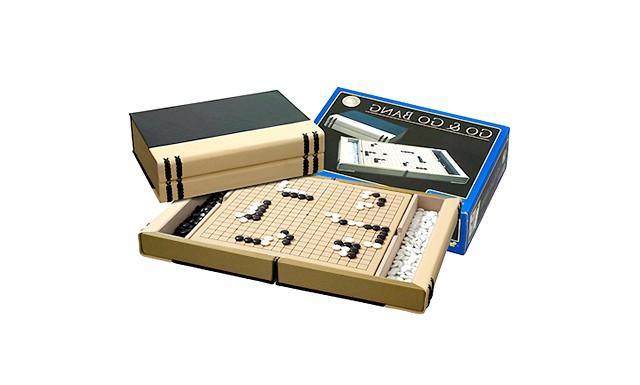 Огляд дитячих настільних ігор: Го Японська настільна гра Го - гра філософії, розрахунку, гармонії і балансу. На відміну від шахів, в кінці гри