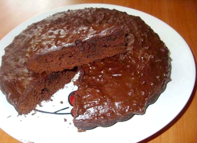 Дуже шоколадний торт: Виймаємо з духовки і залишаємо хвилин на 10 охолонути. Просочуємо пиріг цукровим сиропом (ванільний цукор + вода). Я зверху мазала