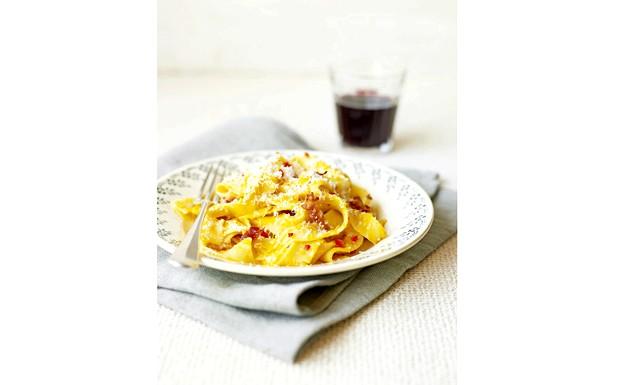 Особливий вечерю для двох від Jamie Magazine: Паста з тиквойНа 2 порції. Зваріть 180-200 г пасти, дотримуючись інструкції на упаковці. Викладіть в кухонний