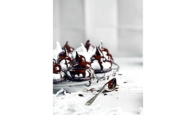 Особливий вечерю для двох від Jamie Magazine: Шоколадно-м'ятні тістечка (Кількість: близько 40 тістечок) • 110 г м'якого вершкового масла + ще трохи для