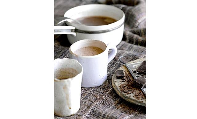 Особливий вечерю для двох від Jamie Magazine: Гарячий шоколад з горіховим лікером і бренді (на 8 порцій) Закип'ятіть в сотейнику 500 мл молока