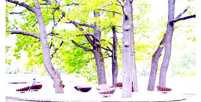 Останкінський парк після реконструкції: Щоб не заплутатися, у багатьох місцях стоять ось такі стовпчики з покажчиками.