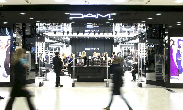Відкриття магазину MAC в новому концептуальному дизайні: У новому магазині MAC також представлені новаторські концепції сервісу і послуг. Кожен клієнт може скористатися меню професійного макіяжу, вибравши з