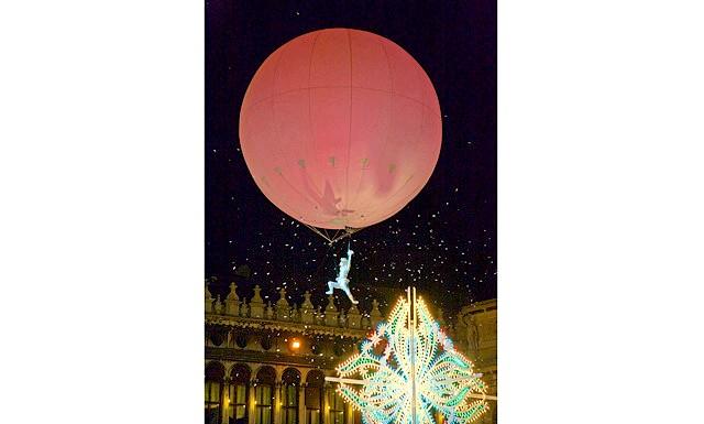 Відкриття Венеціанського карнавалу: Откритіе.Откритіе - одне з традиційних подій карнавалу. Запрошена зірка спускається з Кампанелли в образі ангела по