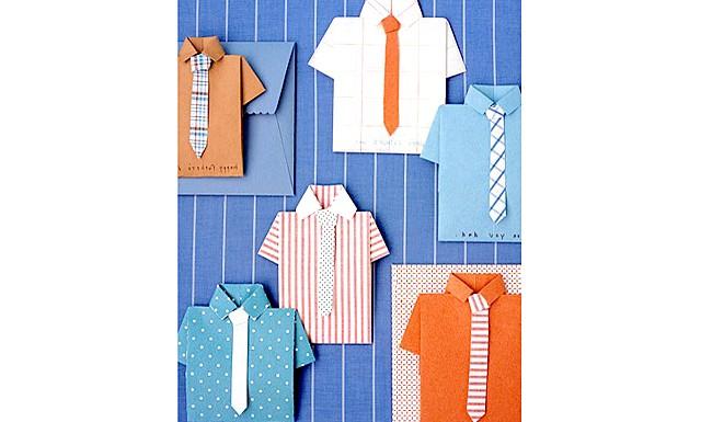 Листівки своїми руками на 23 лютого: Для виготовлення сорочки-орігамі вам знадобиться прямокутний аркуш паперу обраної забарвлення. Розміри ви можете розрахувати самі, виходячи з наступного: довжина прямокутника