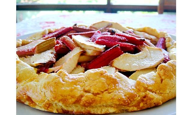Відкритий пиріг з яблуками і ревенем: Інгредієнти: 1 & frac12; склянки борошна (склянка = 250 мл) 1 ст.л. кукурудзяного борошна 125 г вершкового масла
