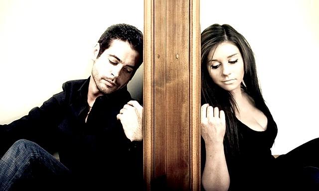 Відносини на відстані: Жінками, як правило, любов на відстані сприймається більш трагічно, ніж чоловіками. Розлука з дорогою людиною може стати причиною сумнівів, підозр