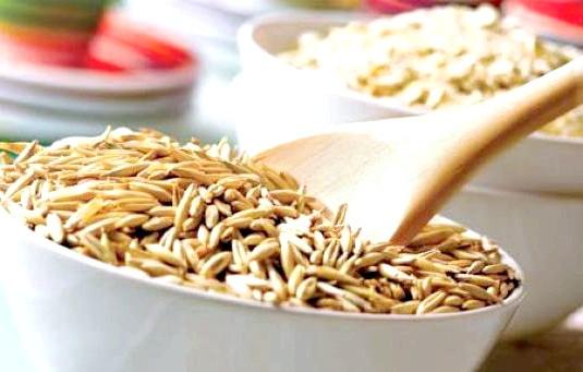Вівсянка може зробити довгожителем: Дослідники помітили, що у людей, які з'їдали порцію вівсянки щодня (33 грама цільного зерна) ризик передчасної смерті знижувався на 9%