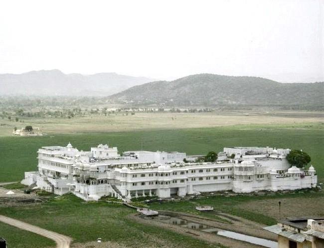 Озерний палац - розкішний готель з багатою історією: Озерний палац - головна визначна пам'ятка міста Удайпур (Індія)