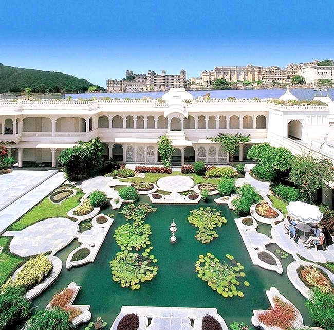Озерний палац - розкішний готель з багатою історією: Довгі роки палац належав династії Сінгх, проте в 1960-і рр. поступово став занепадати. Щоб запобігти його руйнуванню і