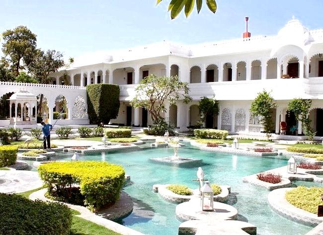 Озерний палац - розкішний готель з багатою історією: У 1971 році управління палацом перейшло у відомство компанії Taj Hotels Resorts and Palaces, було створено 75 додаткових номерів, крім