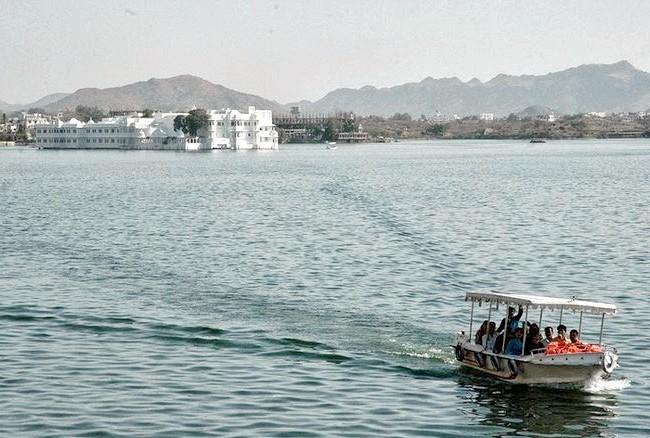 Озерний палац - розкішний готель з багатою історією: Прогулянка на човні до дверей готелю - своєрідний бонус відвідувачам, крихітне подорож, яка налаштовує на романтичний лад. Незважаючи на те,