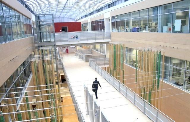Pampers в Німеччині, частина 2: Центр відкритий в 2000 році, займає 22000 квадратних метрів площі. Працюють 350 наукових співробітників двадцяти національностей. Половина з них жінки.