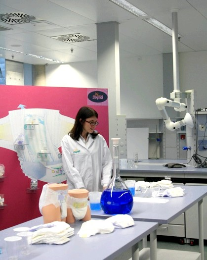 Pampers в Німеччині, частина 2: Заглянемо всередину лабораторій. Ось вона, знаменита синя вода! Головний інструмент тестування перспективних прототипів.