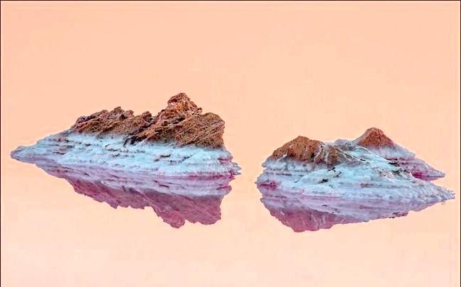 Ширяють острова Кояського озера: На кілька спекотних літніх місяців воно змінює свій колір зі звичайного на рожевий. Концентрація солі в озері - 350 г / л