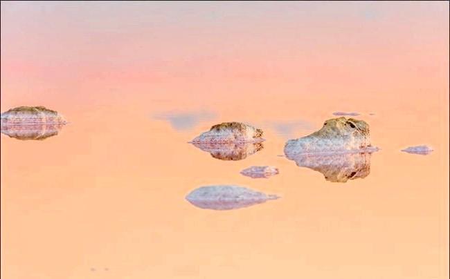 Ширяють острова Кояського озера: Іноді так трапляється, що природа в буквальному сенсі застигає, коли навколо не відбувається нічого. Червоний колір води Кояського озера на