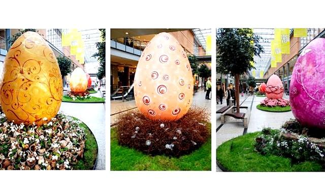 Пасхальна експозиція в торговому центрі: Тут встановлюють величезні великодні яйця різноманітних кольорів.