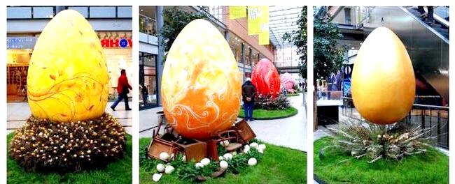 Пасхальна експозиція в торговому центрі: Гнізда для цих яєць так само притягують погляд - гілки, колоди, дерев'яні стільці, квіти в глиняних горщиках ...