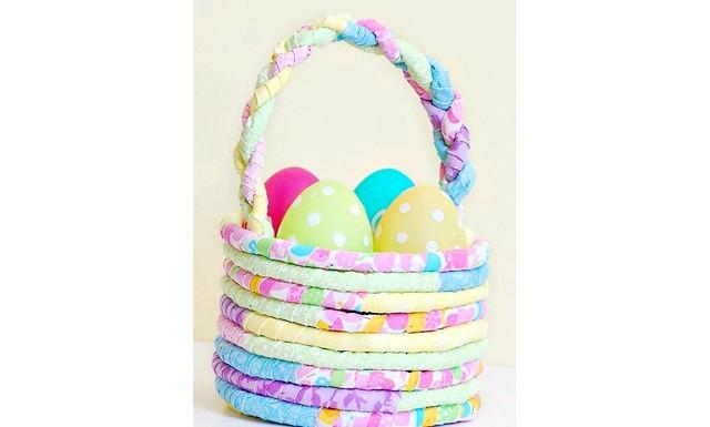 Великодній кошик своїми руками: Яскраву весняну корзинку для пасхальних яєць можна зробити з непотрібних клаптиків кольорової тканини. Для цього наріжте тканину на тонкі смужки.