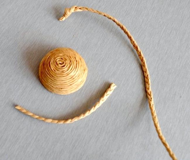 Великодній кошик своїми руками: Ручка для кошики також робиться з шпагату. Для цього плетемо косичку і обрізаємо майбутню ручку до потрібної довжини.