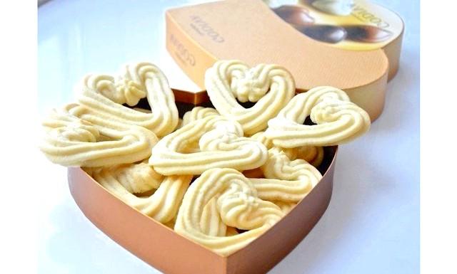 Печиво на День Святого Валентина: Інгредієнти: 1 білок 190 г вершкового масла 75 г цукрової пудри щіпка солі