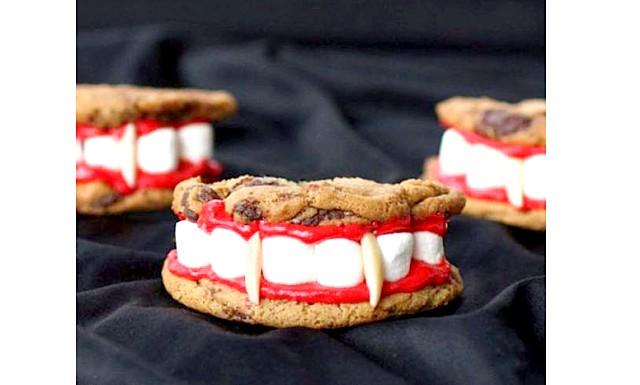 Печиво на Хелловін: Протези Дракули: Інгредієнти: 1. 500 гр. улюбленого круглого печива, чим воно більше в діаметрі, тим ефектніше виглядатиме,