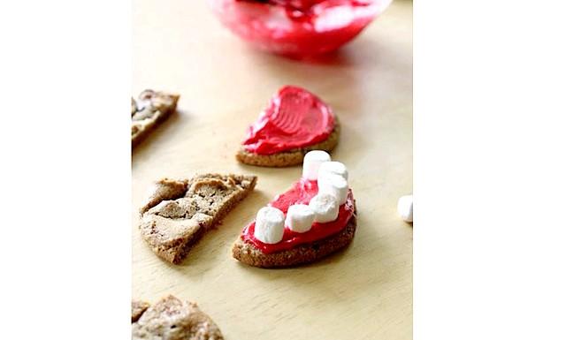 Печиво на Хелловін: Протези Дракули: [i] [u] Приготування домашньої глазурі: [/ u] [/ i] 1) У невеликій мисці змішайте цукрову пудру з молоком до пастоподібного стану. 2) Додайте цукровий