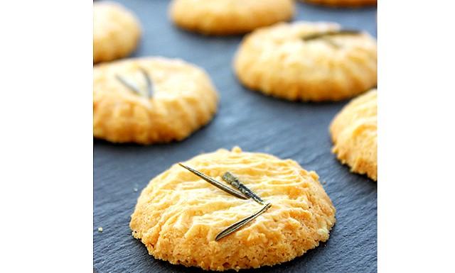 Печиво з пармезаном: Інгредієнти: Вершкове масло - 80 г Сир пармезан - 1 ст. (100 г) Борошно;