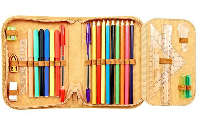 Пенал для школи: Зараз існує багато новомодних пеналів з яскравими картинками, блискавками та кількома ярусами олівців. Звичайно, для першокласника такий пенал дуже цікавий,