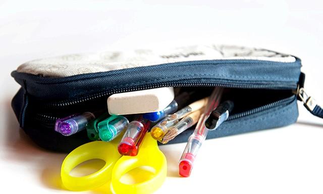 Пенал для школи: У м'якому пеналі ручки і олівці можуть поламатися, адже діти так непосидючі. Саме тому варто відмовитися від пеналів типу косметичок,
