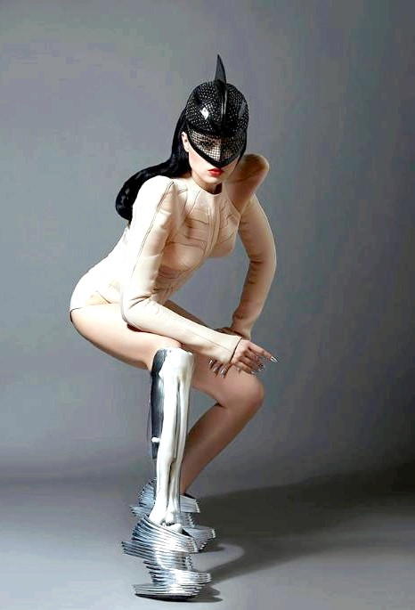 Перша в світі поп-зірка без ноги в новому відеокліпі: Співачка народилася з вивихнутим стегном, що значно торкнулося її суспільне життя в школі. Перенісши 15 неефективних операцій в Латвії,