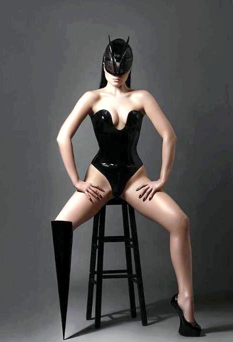 Перша в світі поп-зірка без ноги в новому відеокліпі: